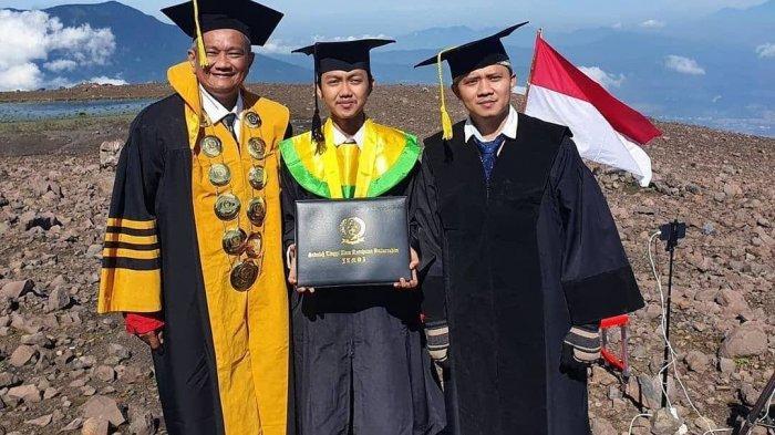Kampus di Jambi Pecahkan Rekor MURI, Gelar Wisuda di Puncak Gunung Marapi