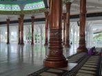 suasana-di-masjid-agung-al-falah-atau-masjid-seribu-tiang-di-kota-jambi-saat-pandemi-covid-19.jpg