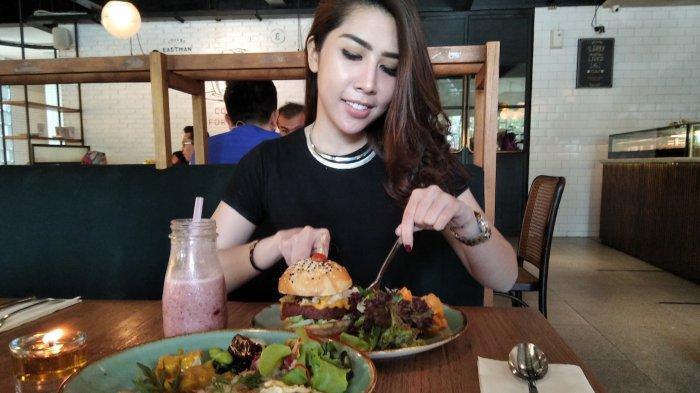 costumer sedang mencicipi menu Vurger dan Nusantara. Adapun menu minuman yang dipilih adalah Strawberry Shortcake.