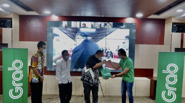 Grab dukung Pemerintah Kota Semarang tingkatkan budaya membaca dengan menghadirkan layanan GrabExpress, masyarakat dapat meminjam buku dari rumah.