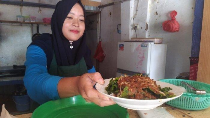 Berkunjung ke suatu daerah tak lengkap jika tidak mencicipi kuliner khas, begitu juga saat berkunjung ke Kabupaten Kudus, wajib mencicipi pecel pakis.