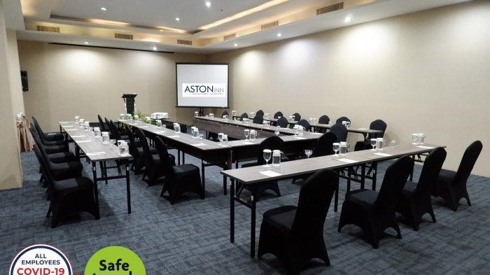 Setiap ruang meeting yang akan di gunakan, team opersional melakukan penyemprotan disinfectant serta mensterilisasi meja dan kursi dengan UVC.