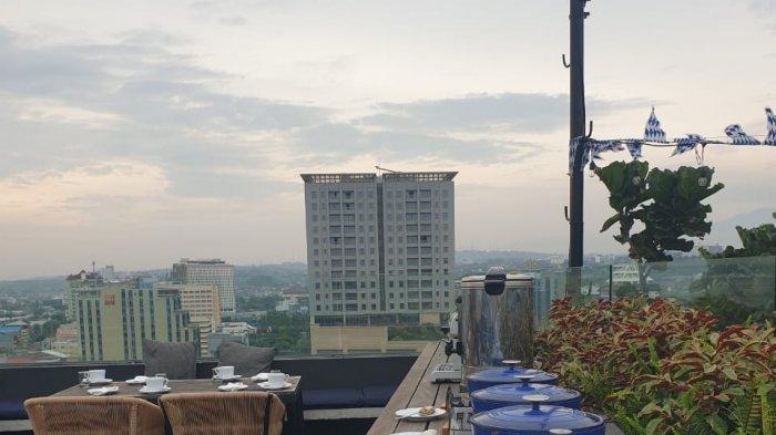 Sarapan di puncak gedung berlatarkan suasana Kota Semarang di pagi hari bisa menjadi pilihan untuk memulai beraktivitas, cukup rogoh kocek Rp 100 ribu