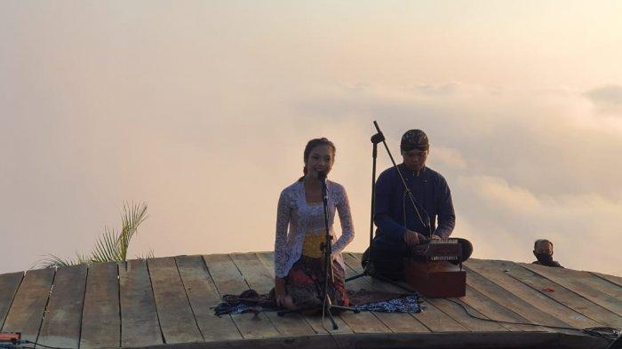 Kemenparekraf/Baparekraf selenggarakan pertunjukkan seni budaya di alam terbuka bertajuk 'Svara: Sound Of Nature' di Puncak 9 Bukit Ngisis Kulonprogo.