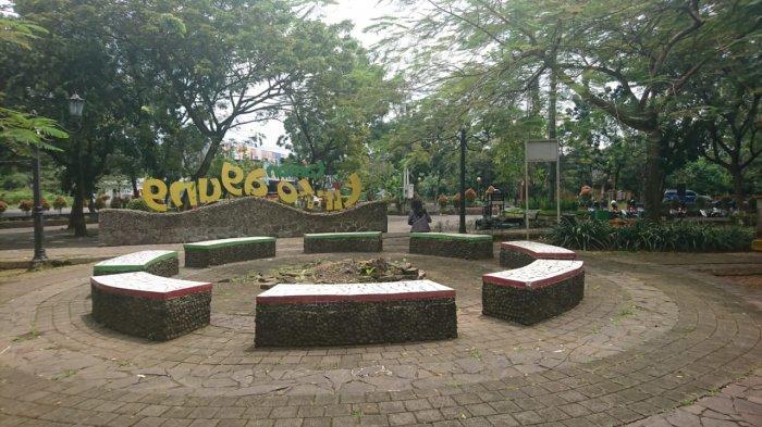 Bangku taman sebagai bagian fasilitas di Taman Tirto Agung, Rabu (24/3/2021).
