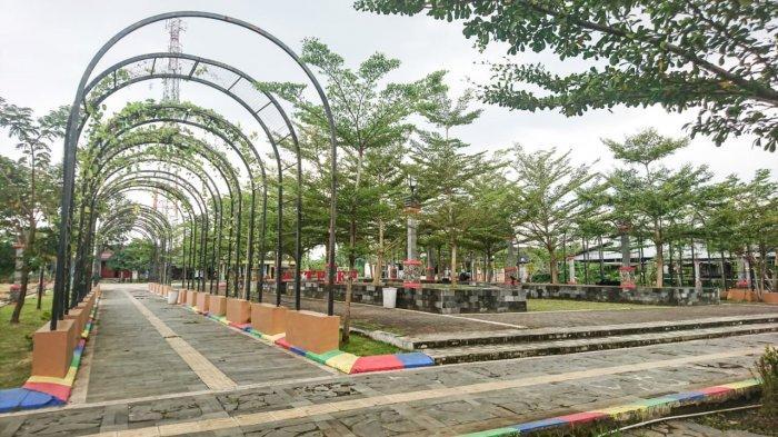 Lengkungan menyerupai gerbang dengan hiasan tanaman menghiasi Taman Meteseh, Selasa (23/3/2021).