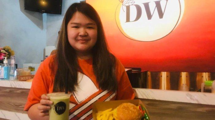 Steffanie GH, Owner Cafe DW Kenjeran. Tempat nongkrong di Surabaya