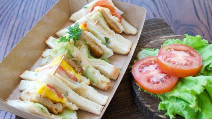 Chicken Sanwich sajian menu di Cafe DW, Tempat nongkrong di Kenjeran