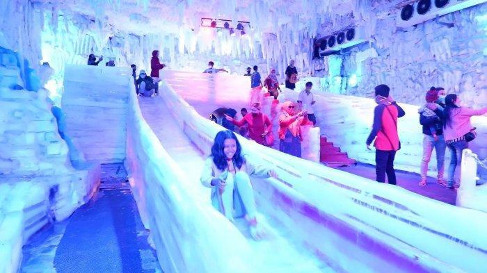 Pengunjung Istana Es Atlantis Land Surabaya berseluncur es, Kamis (29/10/2020)