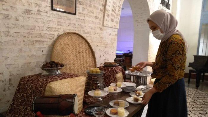 Pengunjung memilih menu berbuka di Kampoeng Ramadan Kokoon Hotel Surabaya