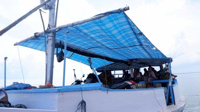 Perahu imum atau reguler untuk perjalanan ke Gili Iyang Madura