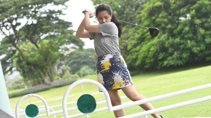 DIGEMARI MILLENIAL - Maura saat berlatih golf di driving range Bukit Darmo Golf, Rabu (24/2/2021). Saat pandemi, banyak kaum muda (millenial) berlatih golf untuk berolahraga.