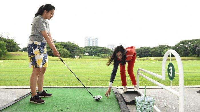 Kedi atau Pramugolf (baju merah) merupakan asisten golfer yang menemani mereka selama berada di lapangan. Kedi tak hanya membantu membawakan barang golfer namun juga harus paham aturan permainan dan bisa memberi saran terkait langkah yang harus diambil golfer.