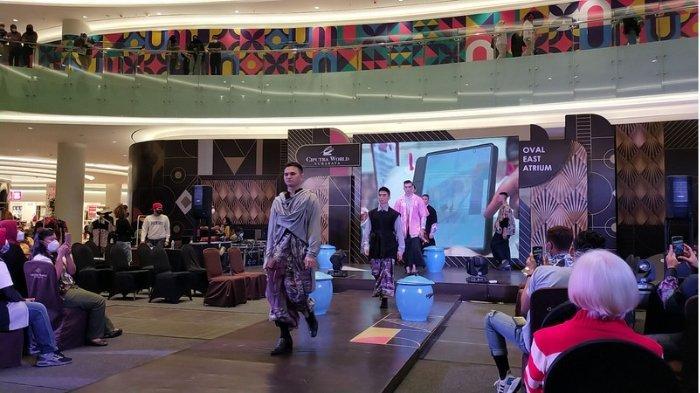 Para finalis Most Man International Indonesia memeragakan busana hasil karya anak berkebutuhan khusus di gelaran Men Fashion Show 2021 yang diselenggarakan oleh Next Management di Ciputra World Surabaya Mall, Jumat (2/4/2021) malam.