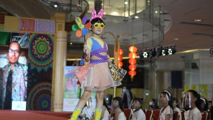 BUSANA INSPIRASI - 13 Karya desainer tampil bersama disela Pemilihan Putra Putri Pariwisata hari pertama di Grand City Mall Surabaya, Sabtu (20/2/2021). Pamer busana bertema