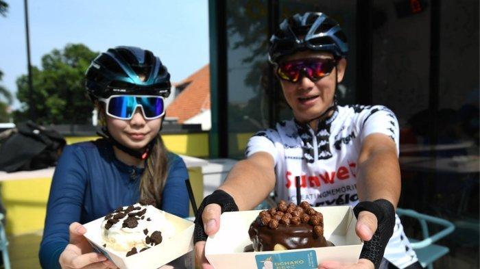 Pesepeda menikmati Souffle, pancake ala Jepang disajikan di cafe Ochako, Jl Darmo. Selain souffle, pengunjung dapat menikmati teh lapis Jepang