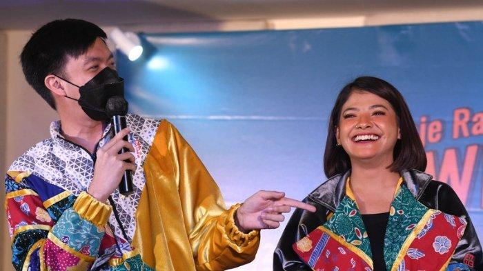 Sara Fajira dan DJ Eddi Tripleks saat menghadiri acara HUT Jeje Radio di Quest Hotel Darmo Surabaya