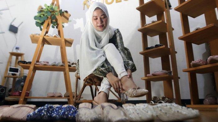 Shintya Debby Paramitha pemilik Cellene Shoes menunjukkan beberapa koleksi sepatu lace dan beads yang kini tengah naik daun