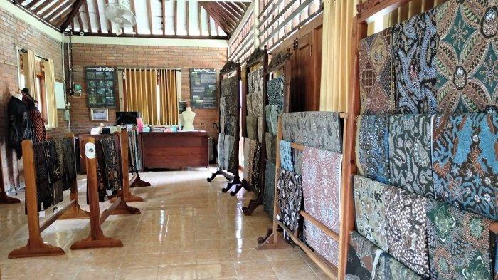 Showroom hasil batik tulis dari perajin batik di Kampung Batik Giriloyo, Minggu (11/04/2021).