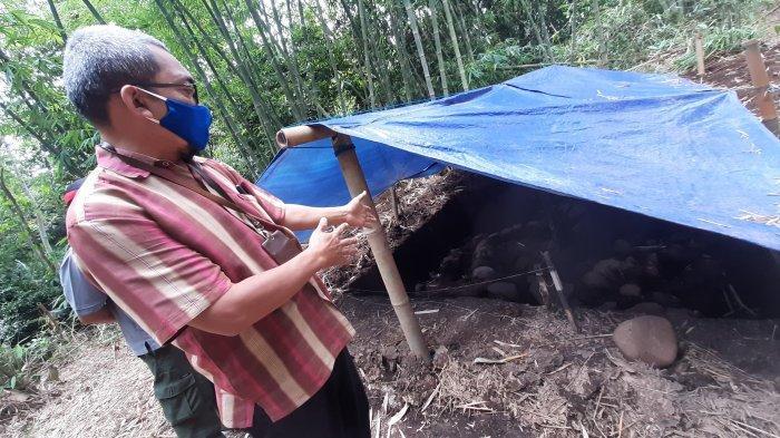 Proses ekskavasi batu bata dan batuan andesit tak jauh dari Candi Pawon.