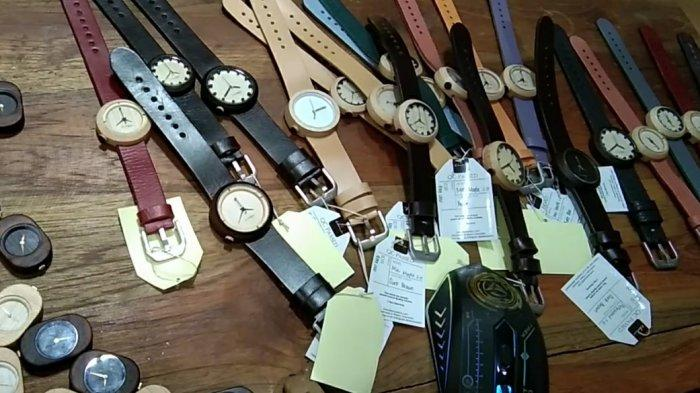 Penampakan jam tangan kayu yang baru selesai produksi di ruang kerja Eboni Watch di Desa Paseban, Kecamatan Bayat, Kabupaten Klaten, Minggu (21/3/2021).