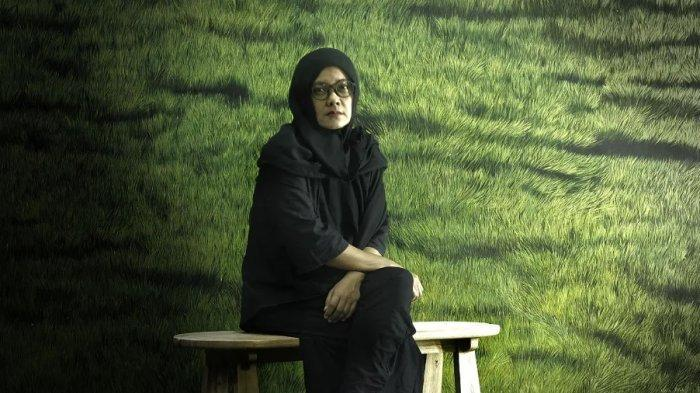 Perupa asal Yogyakarta, Laila Tifah berfoto di depan karyanya yang berjudul 'Anomali'.