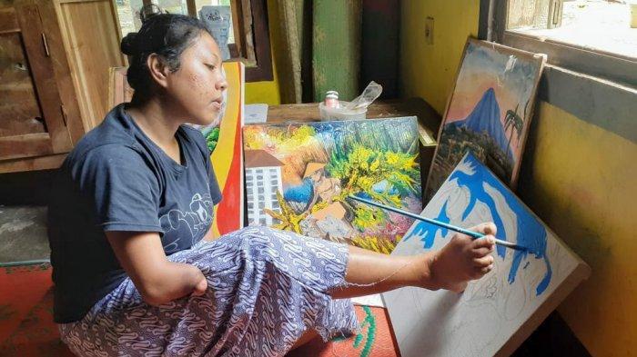 Saat lelah melukis dengan tangan, Puji melukis menggunakan kakinya.