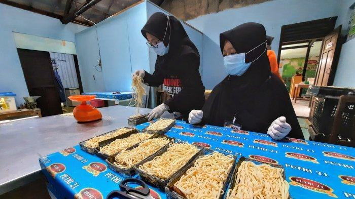 Proses pembuatan mie berbahan dasar tepung singkong (mocaf) di kediaman Suti Rahayu, warga Pedukuhan Siyono Wetan, Logandeng, Playen, Gunungkidul.