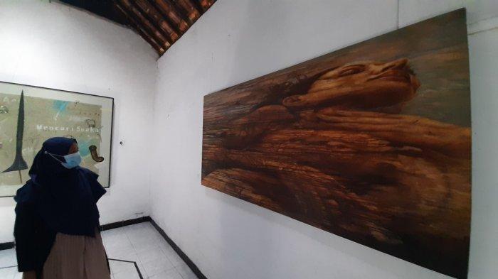 Pengunjung melihat karya seni yang ditampilkan dalam pameran bertajuk 'Hidup 1'.