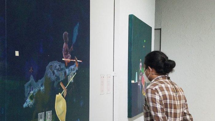 Pengunjung menikmati karya di pameran tunggal Syam Terrajana.