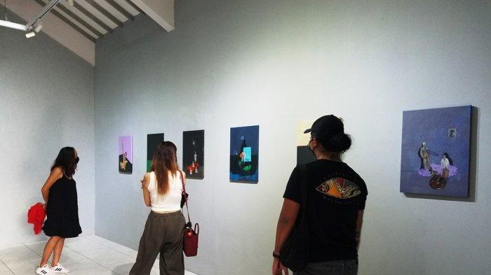 Para pengunjung menikmati karya-karya Syam di Ruang Dalam Art House, Jeblog, Tirtonirmolo, Kasihan, Bantul.