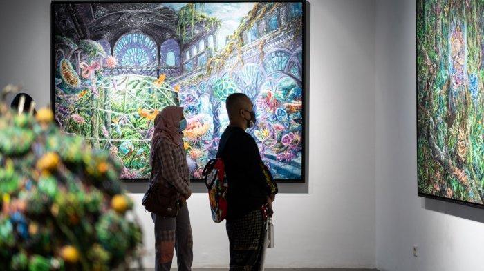 Pengunjung menikmati karya-karya Galih yang ditampilkan dalam pameran.