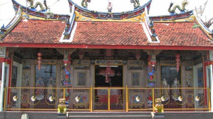 Kelenteng Poncowinatan berada di Jalan Poncowinatan No. 11 Yogyakarta, Cokrodiningratan, Jetis, Yogyakarta
