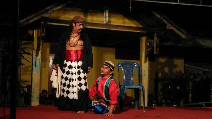 Penampilan kesenian tradisional di desa wisata Pajangan.