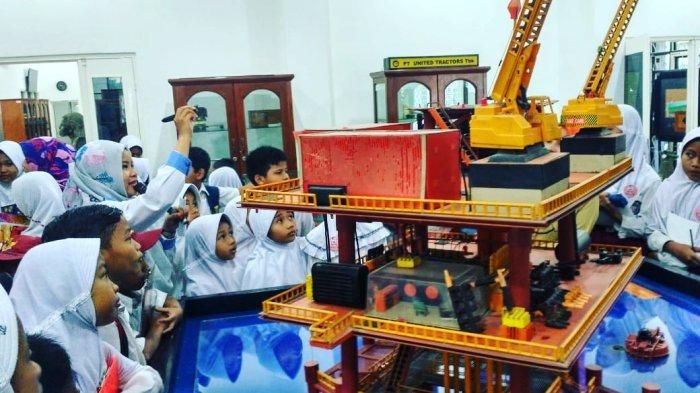 Pelajar saat mengunjungi museum Geoteknologi Mineral di UPN Veteran Yogyakarta.