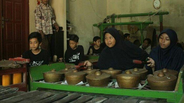 Para siswa yang berkunjung ke Desa Wisata Gabugan Sleman memainkan alat musik tradisional.