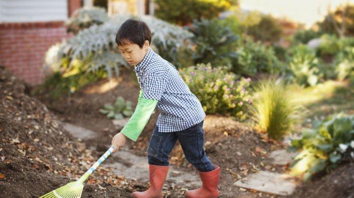 Anak laki-laki mengerjakan pekerjaan rumah tangga