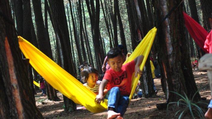 Salah satu manfaat traveling bersama si kecil adalah terciptanya kebahagiaan orang tua yang bisa tertular kepada anak-anak.