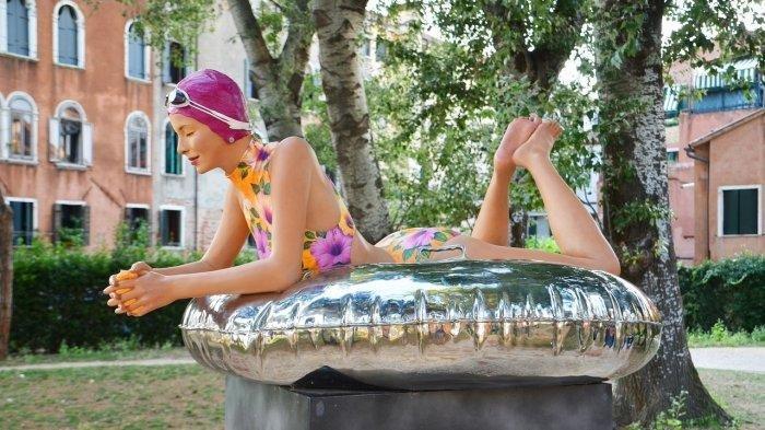 Saat dikolam renangataupemandian umum, ban renang sering disediakan untuk wisatawan yang datang.