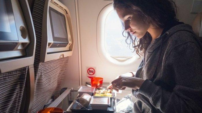 Jangan Langsung Menyantap Makanan yang Dibagikan Awak Kabin Pesawat, Ini Alasannya