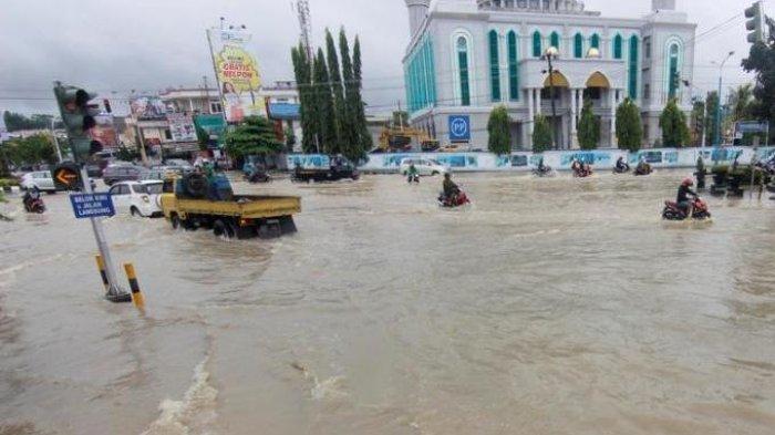 Banjir menggenangi perempatan Mal Lembuswana