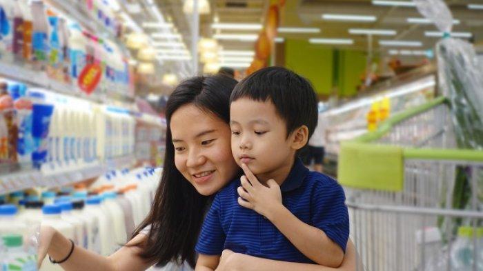 Cara Mengatasi Anak Rewel Saat Diajak Belanja, Pastikan Anak Selalu Dekat