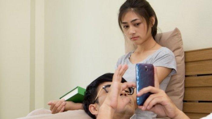 Terlalu Sering Mengecek Handphone, Bisa Bikin Stres