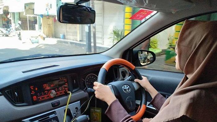 Ilustrasi: wanita mengemudikan mobil
