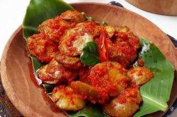 Bukan hanya sebagai lalapan, jengkol pun bisa dimasak menjadi berbagai macam masakan, seperti semur jengkol atau rendang jengkol.