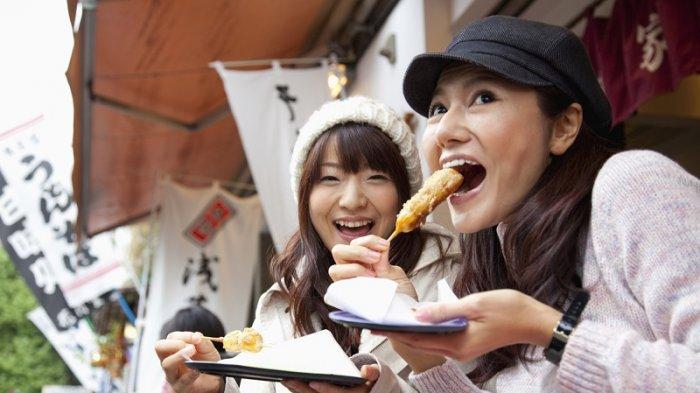 Di Jepang, Ada Larangan Makan Sambil Berjalan untuk Turis