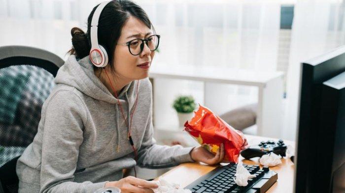 Hobi Makan Sambil Nonton TV? Kenapa Emangnya?