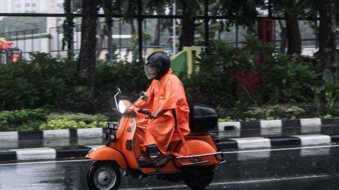 8 Hal yang Harus Kamu Perhatikan Ketika Berkendara Saat Hujan