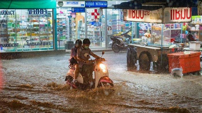 Pengendara sepeda motor nekad menerjang banjir