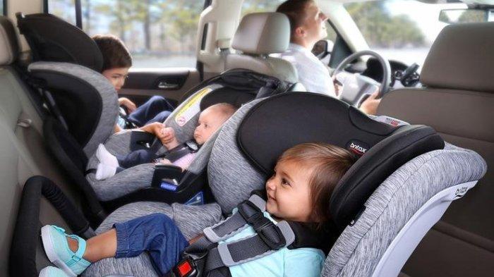 Tempat duduk bayi di mobil